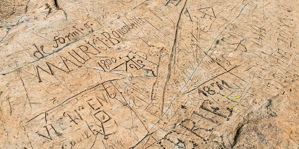 La Peira Escrita et ses inscriptions séculaires gravées dans la pierre dans le vallon du meme nom