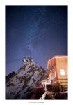 Refuge Torino de nuit sous les étoiles avec la pointe Helbronner et la voie lactée