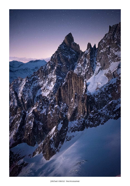 Nuit étoilée sur l'Aiguille Noire de Peuterey, Aiguille de la Brenva. Massif du Mont-Blanc.