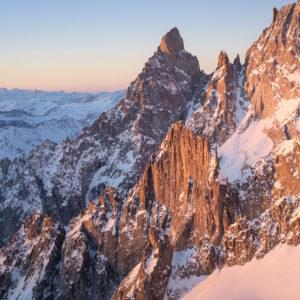 Photo du massif du Mont-Blanc - Paysage de lever de soleil sur l'Aiguille Noire de Peuterey en hiver sous la neige