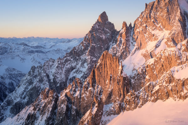 Massif du Mont-Blanc. Photo montagne de paysage du massif du Mont-Blanc - Paysage de lever de soleil sur l'Aiguille Noire de Peuterey en hiver sous la neige