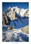 Piolet planté dans la neige sur fond de Mont Blanc. Massif du Mont-Blanc.