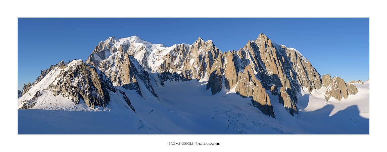 Vue panoramique du Mont-Blanc versant est. Tour Ronde, Combe Maudite, Mont Maudit, Mont-Blanc du Tacul. Massif du Mont-Blanc.