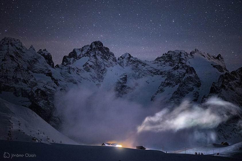 Col du Lauratet de nuit en hiver. En arriere plan, le Pic Gaspard et la Meije. Massif des Ecrins.