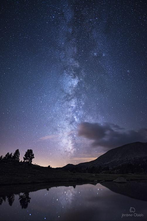 La voie lactee au dessus du lac Dougnes dans le massif du Carlit. Image nocturne. Massif du Capcir, lacs du Carlit.