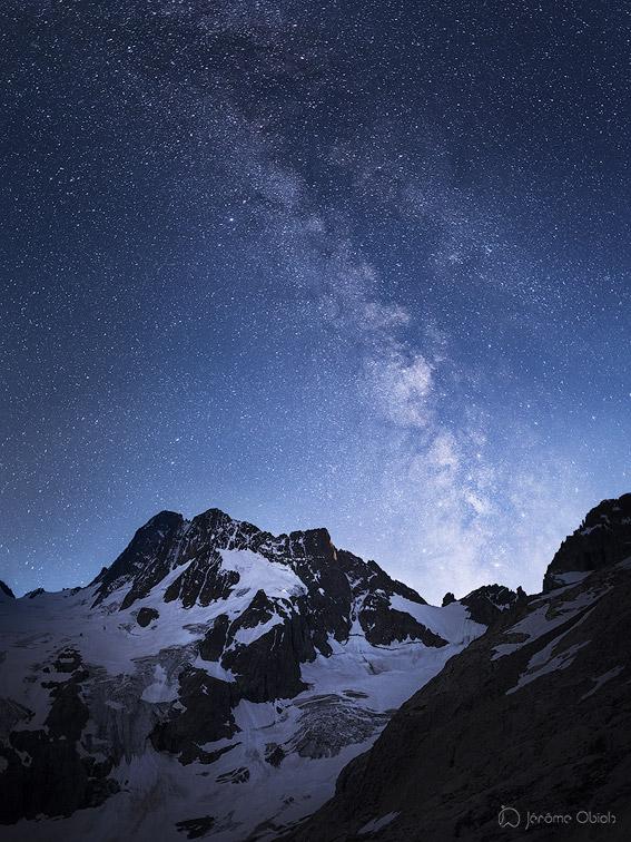 La voie lactee au dessus des Bans, du glacier de la Pilatte et du col du Clot. Parc National des Ecrins.