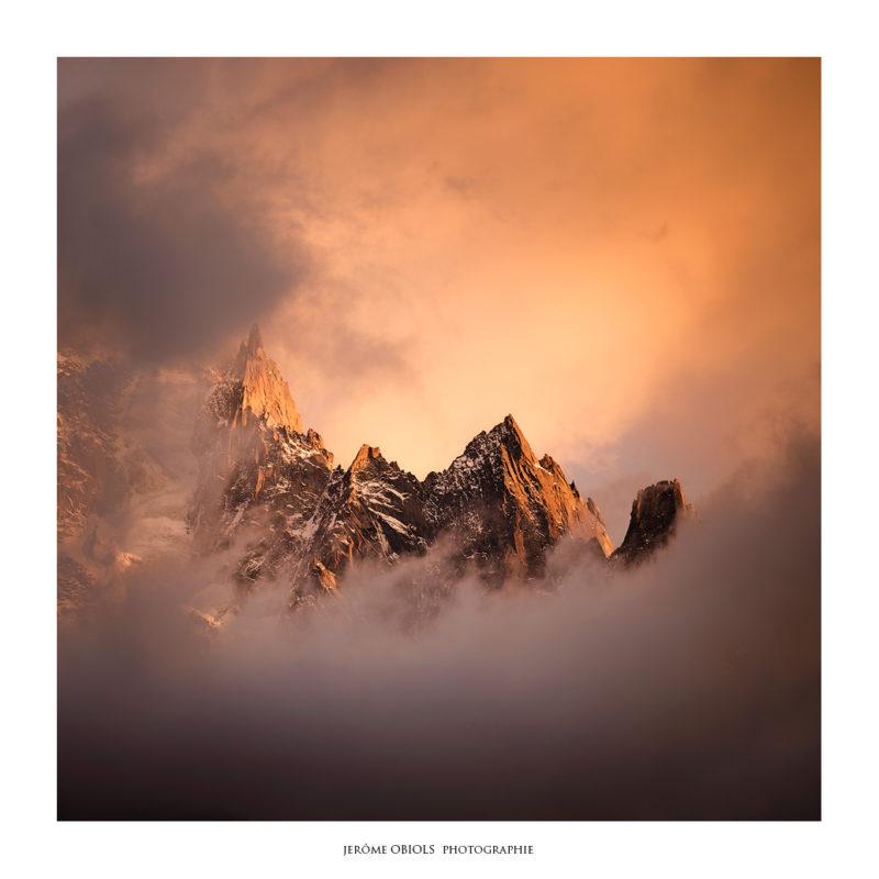L'hotel du Montenvers éclairé au crépuscule face à l'immensité des montagnes et des Grandes Jorasses. Massif du Mont-Blanc