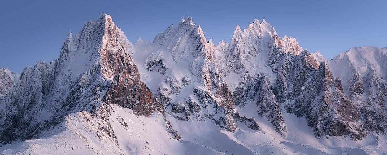 Les Aiguilles de Chamonix enneigées en hiver au crépuscule.