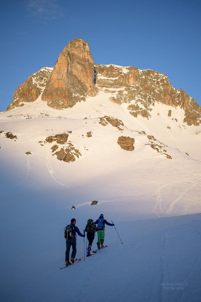 Randonneurs à ski devant le Cheval Blanc au soleil. Massif des Cerces