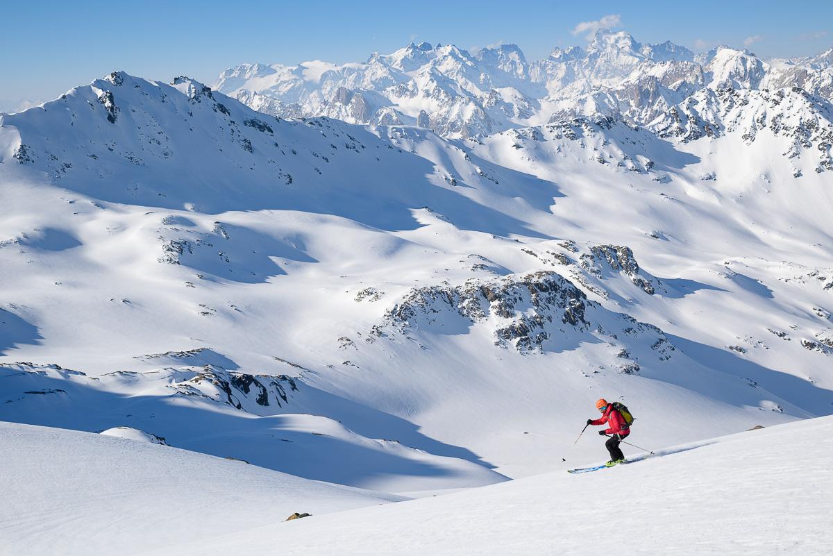Skieur sous le passage du Pic du Thabor face aux Ecrins. Massif des Cerces