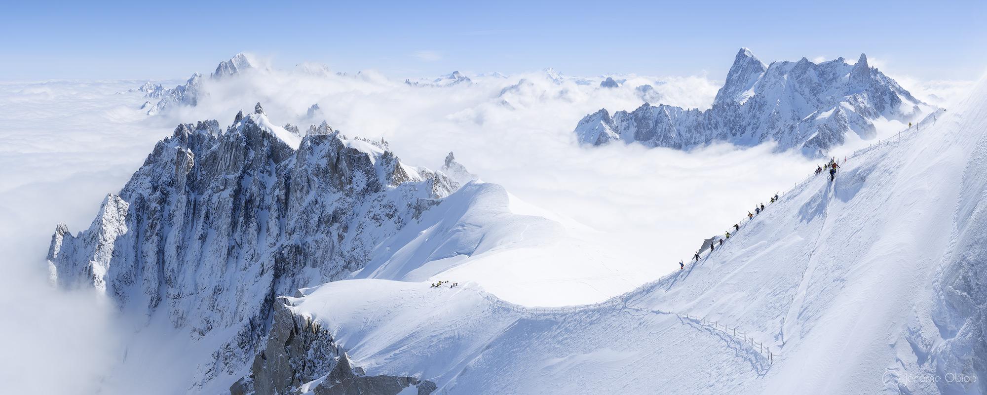 Photo montagne. Skieurs dans les alpes descendant l'arete exposée de l'Aiguille du Midi pour rejoindre la vallée blanche. Chamonix. Massif du Mont Blanc. Haute-Savoie (74).
