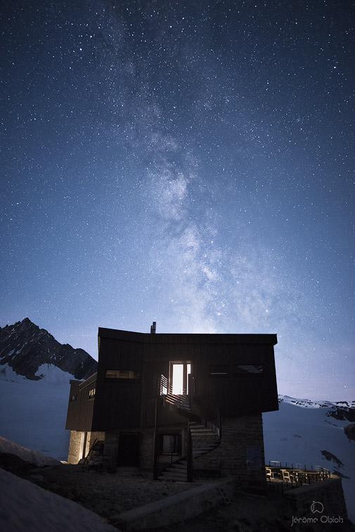 Voie lactée et étoiles au dessus du refuge Albert 1er. Massif du Mont-Blanc. Photo nocturne.