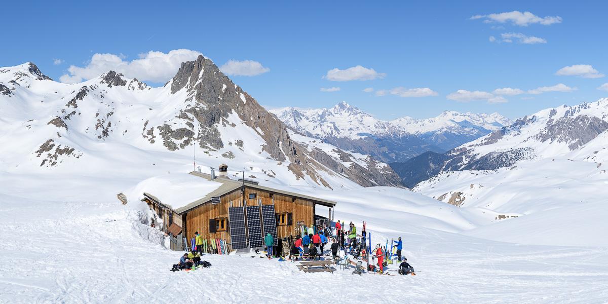 Le refuge du Mont-Thabor dans la neige au printemps. Massif des Cerces.