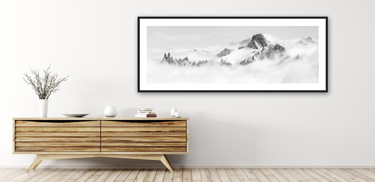 Tirage d'art d'un tableau photo montagne panoramique en noir et blanc encadré en intérieur