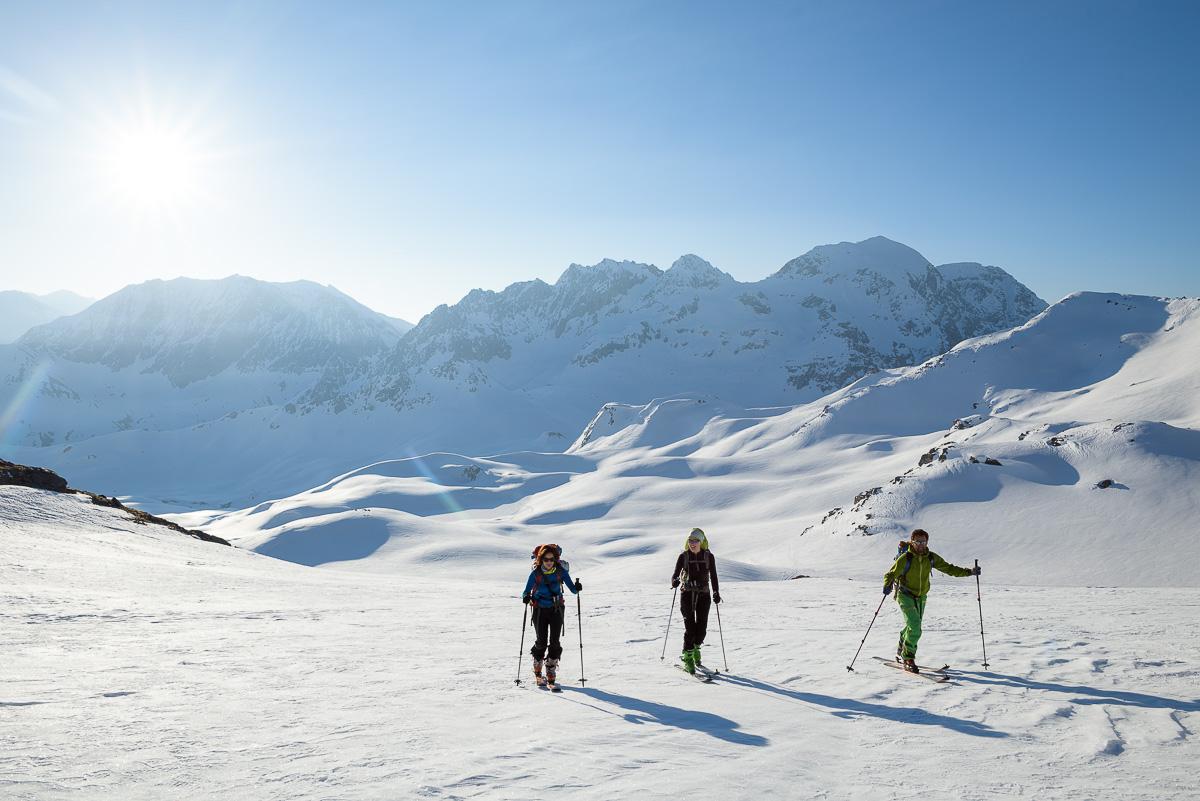 Tour du Mont Thabor en ski de randonnée - Skieurs arrivant au col du Cheval Blanc