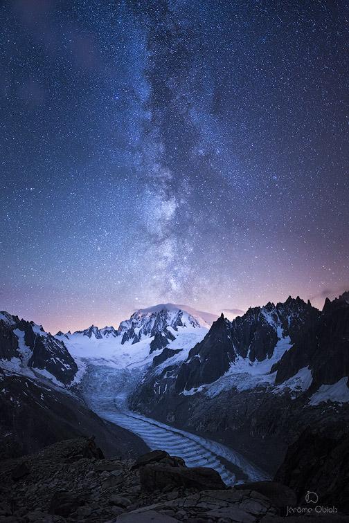 Image de nuit du massif du Mont-Blanc avec la voie lactee au dessus du Mont-Blanc et de la vallee blanche (mer de Glace).