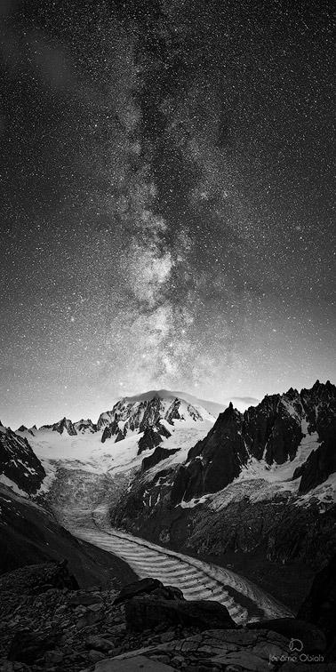Voie lactée en noir et blanc en montagne au dessus du massif du Mont-Blanc.